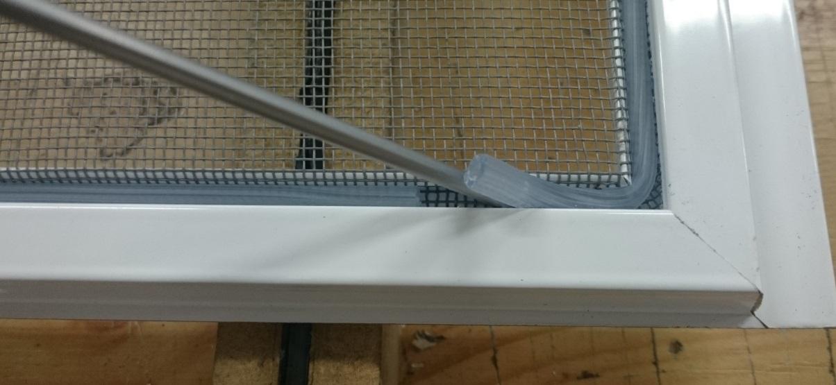 Ako vymeniť sieť proti hmyzu v okne krok č.1